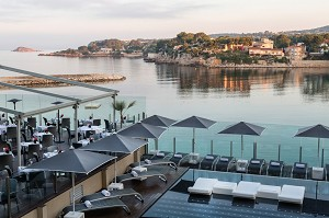Hôtel Ile Rousse Thalazur Bandol - Terrace and outdoor swimming pool