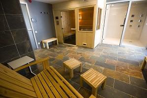Spa con sauna y ducha sensorial.