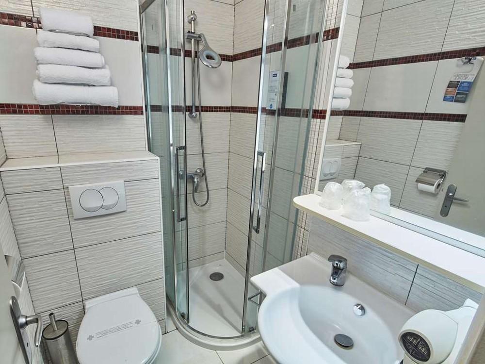 Kyriad Hotel auxerre - baño