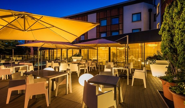 Holiday inn toulouse airport - terrasse en soirée
