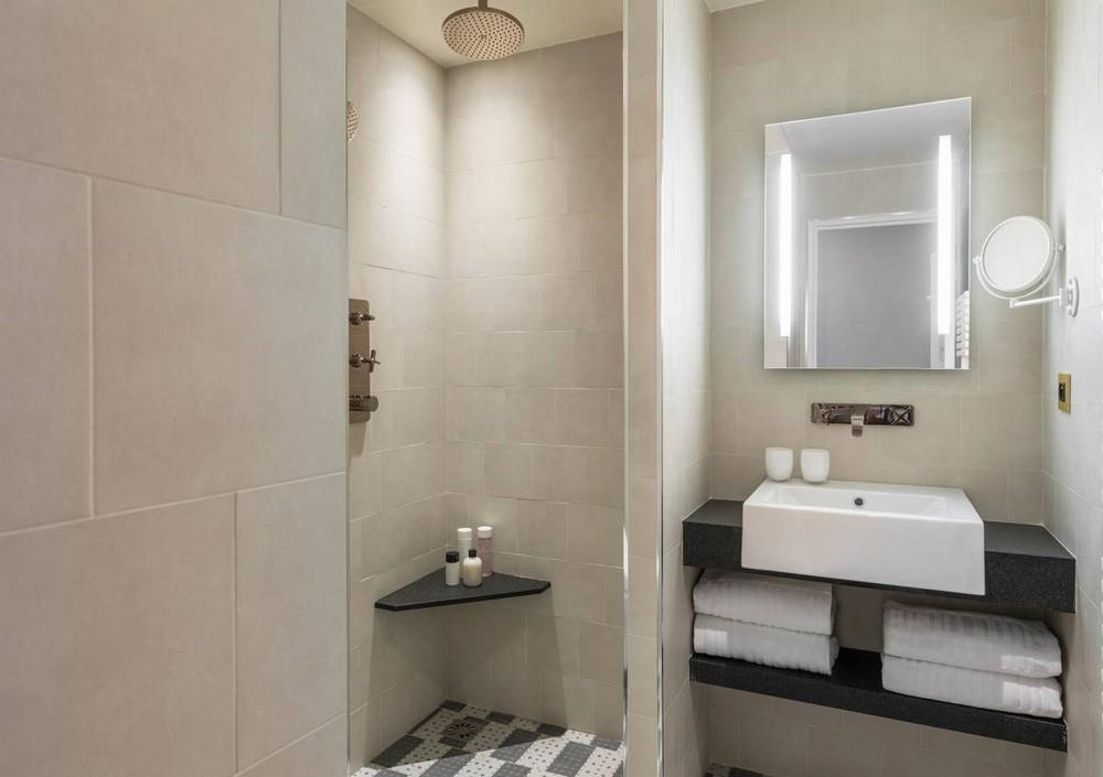 Hotel dukes of borgoña - baño de la habitación superior