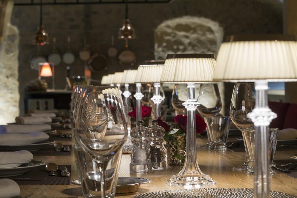 Domaine morgon la javernière - mesa de huéspedes en cocina abierta