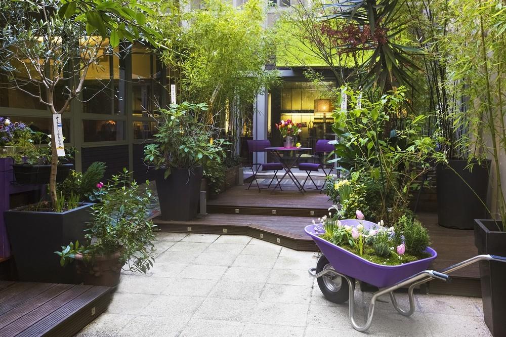 Villa lila - Hof mit Bäumen