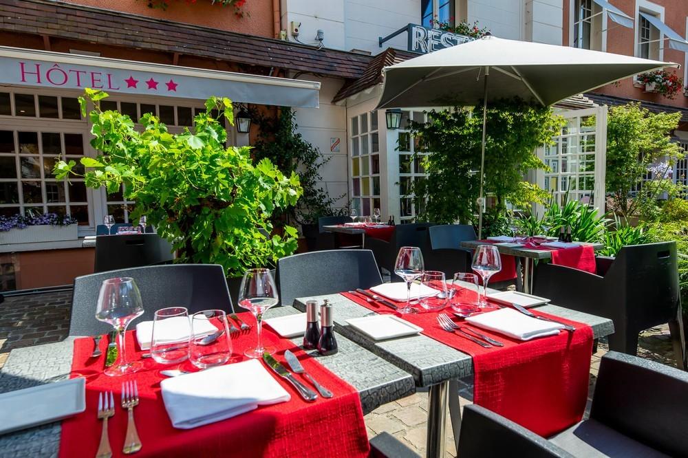 Das Hotel Le Lion d'Or Bayeux und sein Restaurant sind der Tisch der Löwenterrasse