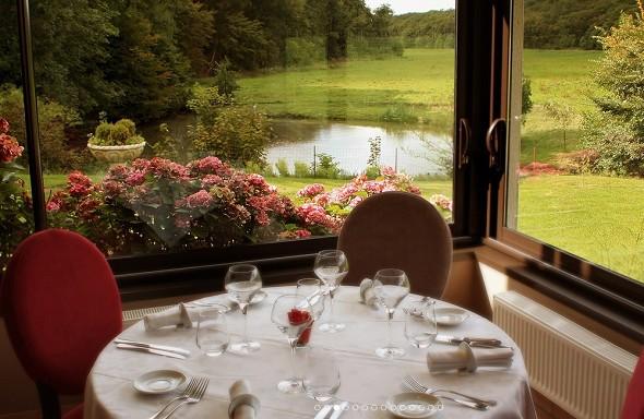 Mill Hotel con sábanas - mesa de restaurante