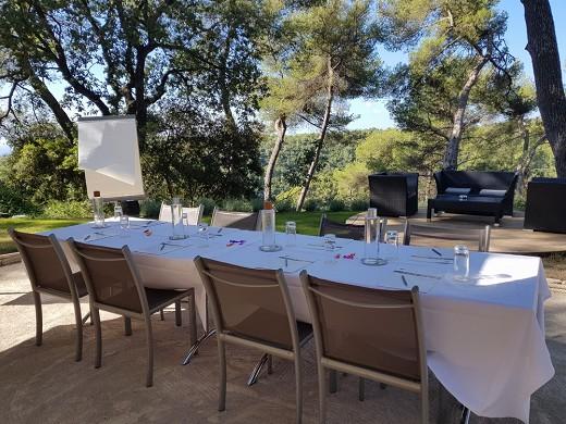 Restaurante y spa del hotel Cantemerle: sus reuniones al aire libre a la sombra de los pinos