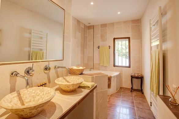 Alphéran castle - bathroom