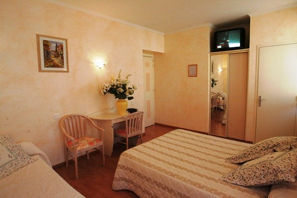 Low wall hotel - bedroom
