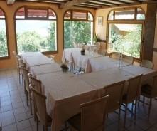 Low wall hotel - u-shaped tables