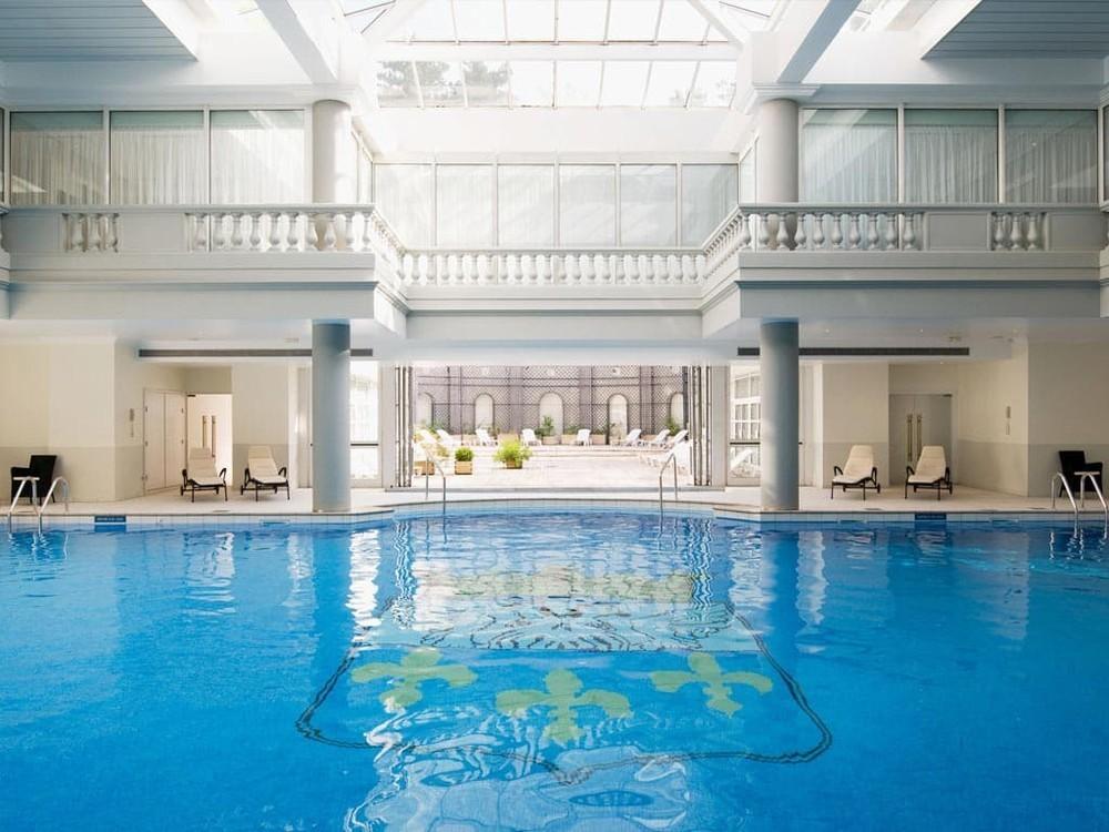 Trianon palace versailles a waldorf astoria hotel salle for Piscine de versailles