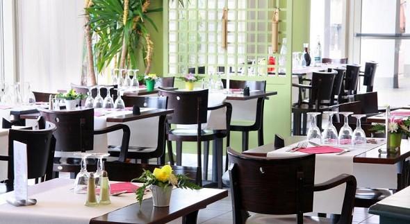 Massives Opernrestaurant im Ibis-Stil