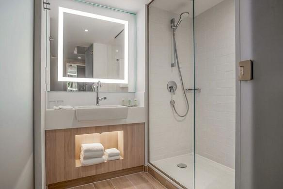 Innenhof von marriott paris roissy cdg - badezimmer
