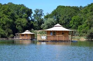 Echologia - floating hut, an unusual housing