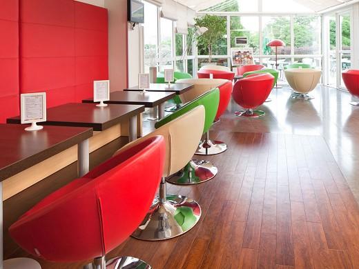Ibis styles chinon - interior del hotel.