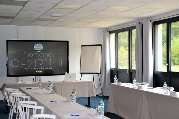 Domaine de charmeil - golf hotel grenoble - sala chartreuse con pantalla digital