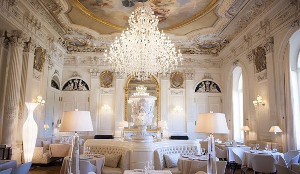 Ferrières castle - white living room