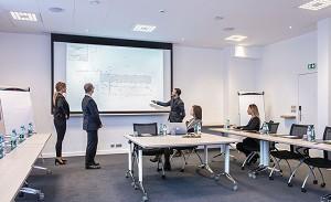 Sala de seminarios equipada con video proyector y sistema de sonido integrado.