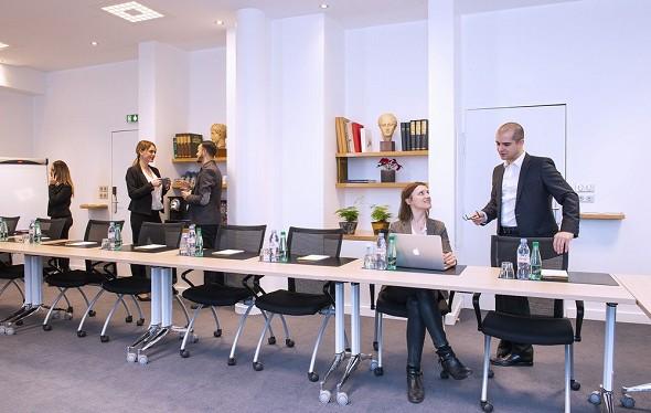 Impresionistas verdes - sala de seminarios equipada y confortable