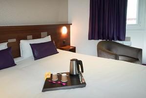 Gemütliches Zimmer mit großem Bett mit Tablett
