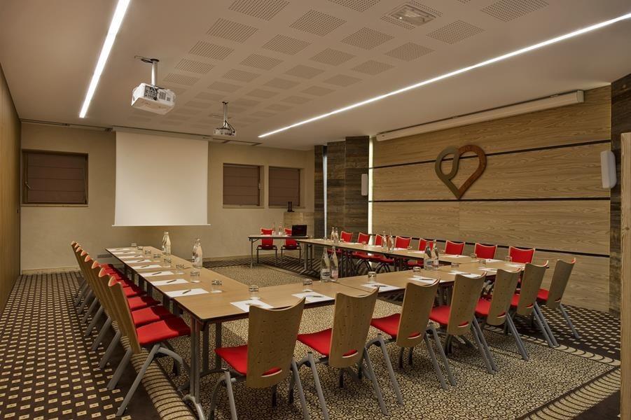 En el corazón del pueblo - sala de reuniones.