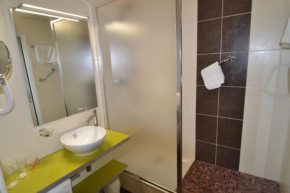 Brit hotel cahors le france for Salle de bain foncee