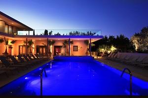 Seventeen Hotel - vista exterior, piscina por la noche