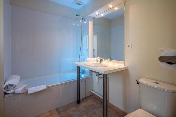Vacanceole - golf area of albret - bathroom