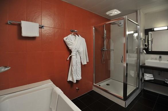 Mercure maurepas saint quentin - bathroom