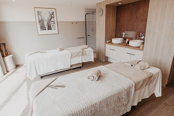 Mercure country house in Parc du Coudray - massage table