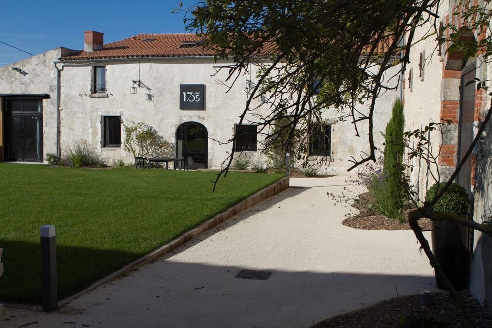 The square 1705 - exterior