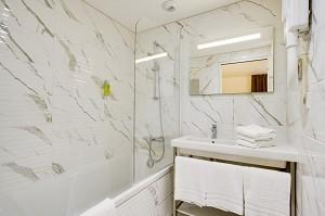 Bathroom with bathtub of brit hotel loches