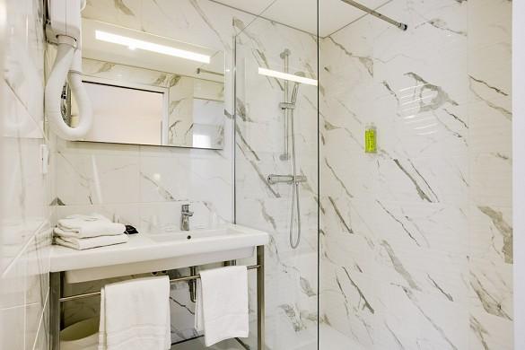 Brit hotel loches - bathroom of brit hotel loches