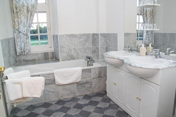 Chateau de Razay - bathroom