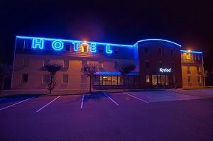 Kyriad Hotel Saint-Quentin - Bei Nacht