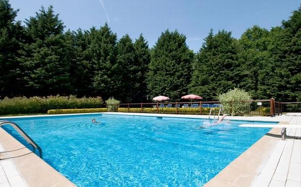 La mansión del hotel, la mansión del hotel, la piscina.