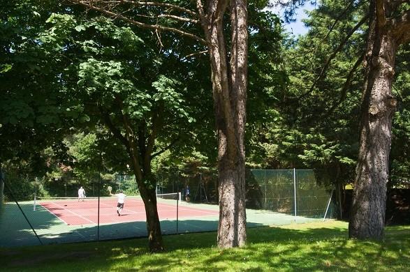 La mansión del hotel, la mansión del hotel, la pista de tenis.