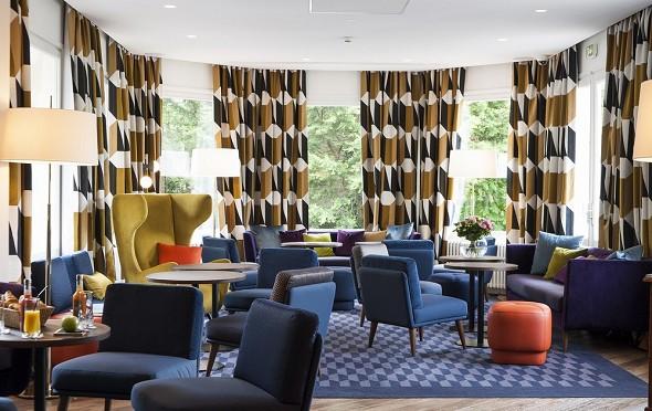 La mansión del hotel, la mansión del hotel, el salón.