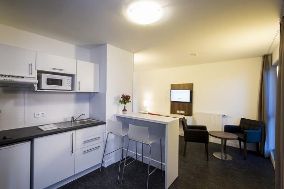 Adonis Dijon - Küche im Doppelzimmer