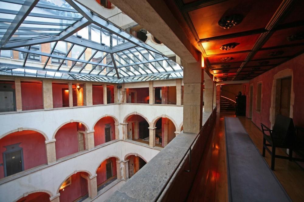 Cour des Loges - all'interno del luogo