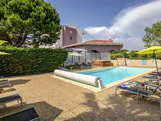 Ibis styles fréjus saint-raphaël - terraza de la piscina