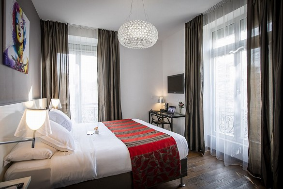 The manor hotel - bedroom