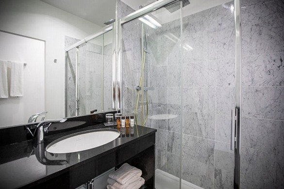 The manor hotel - bathroom