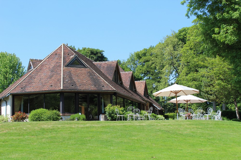 Domaine du Colombier - terrace of the barn area