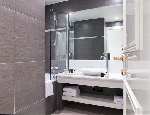 Hotel aston la scala - bathroom