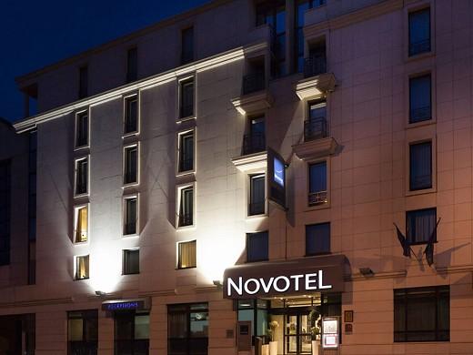 Novotel Sevres Bridge - Night facade