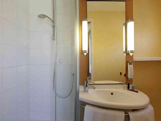 Ibis marseille center gare saint-charles - bathroom