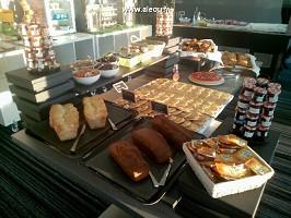 Das Frühstücksbuffet mit Blick auf den Golfplatz